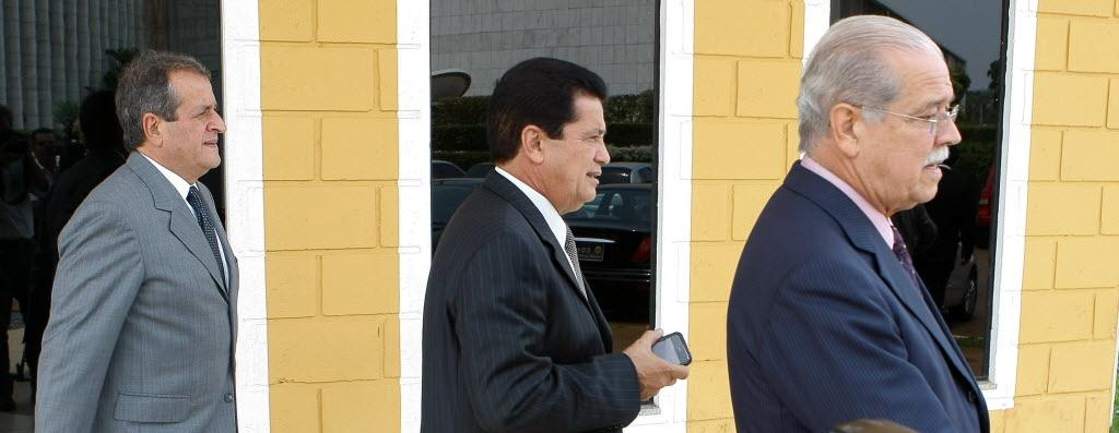 Integrantes da cúpula do PR, em 2010, deixam a produtora onde a então  candidata Dilma gravava seu programa eleitoral, em Brasília; Valdemar Costa Neto, à esquerda, com César Borges (BA) e Alfredo Nascimento (AM) Foto: Sergio Lima -  07.10.2010/Folhapress