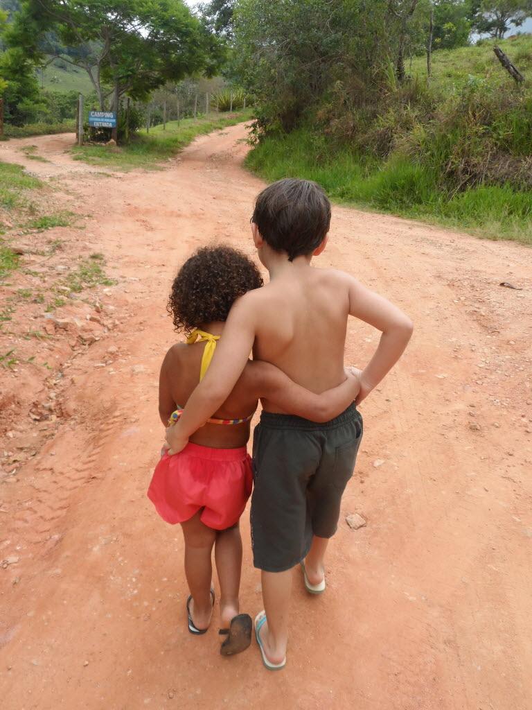 Os irmãos Matheus, 7, e Maria (nome fictício), 4, em sítio no interior de Minas Gerais Foto de arquivo pessoal