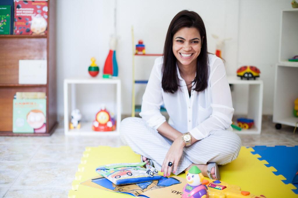 A 'mãe temporária' Edna, 41, de Campinas, que já acolheu dois bebês e espera o terceiro Raquel Cunha/Folhapress
