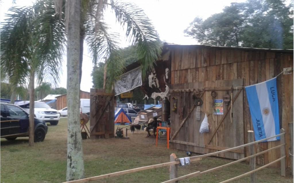 Galpão típico do Acampamento Farroupilha, agora com bandeira argentina Foto de Daniel Cassol/Folhapress