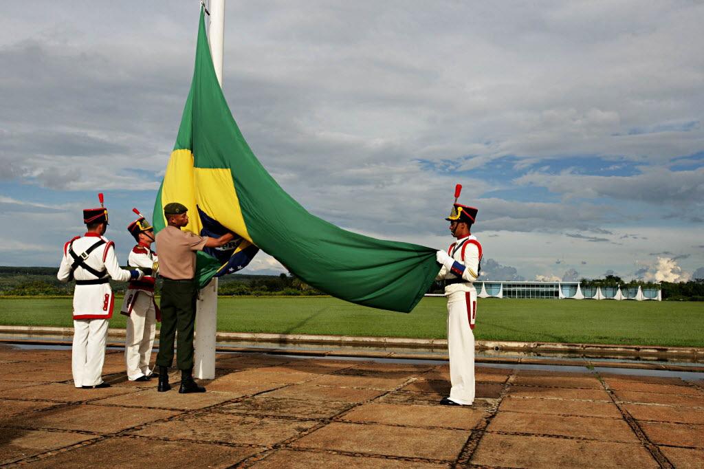 Hasteamento da bandeira brasileira em frente ao Palácio da Alvorada, em Brasília Foto de Patrick Grosner - 24.01.2008/Folhapress
