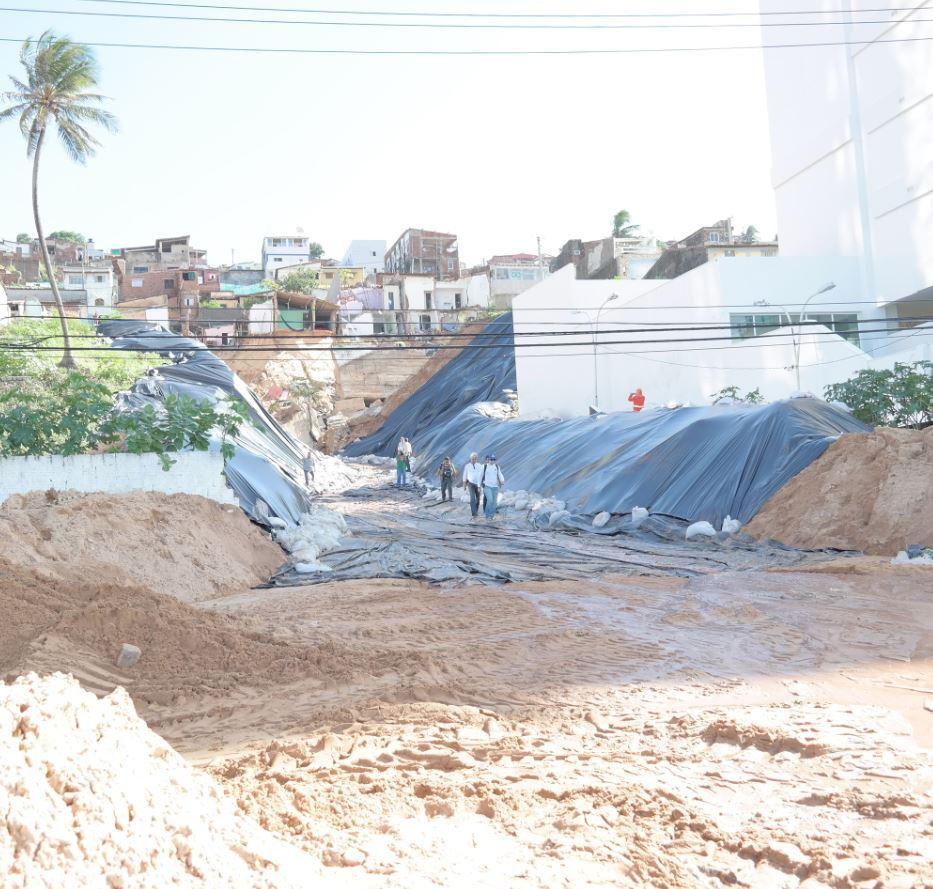 Vista da avenida da praia, que ficou interditada, a cratera que se formou após o deslizamento do morro Foto de Marcel Merguizo/Folhapress