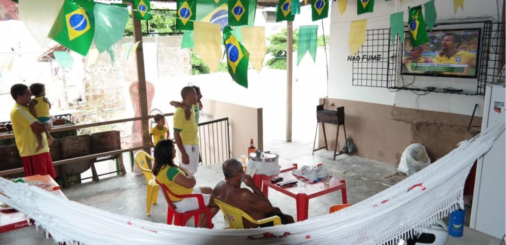 Anderson Batista com a filha Ana, 1, no colo, durante execução do hino brasileiro - Foto de Marcel Merguizo/Folhapress