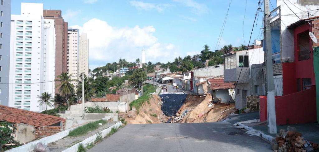 Cratera no bairro Mãe Luiza, em Natal; à esquerda, edifícios que também foram desocupados devido ao deslizamento na orla da praia - Foto de Marcel Merguizo/Folhapress