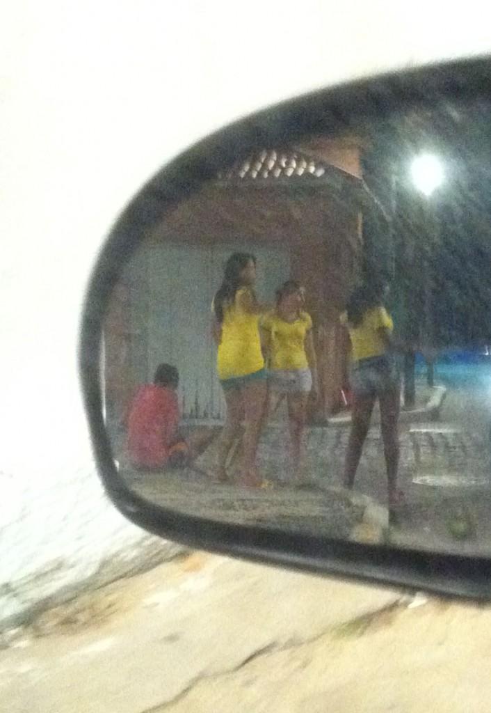 Prostitutas de Fortaleza aderem às cores verde e amarelo para atrair turistas durante a Copa Foto de André Uzêda/Folhapress