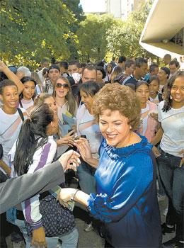 A presidente Dilma visitou o colégio onde estudou na campanha de 2010  - Marlene Bergamo/Folhapress