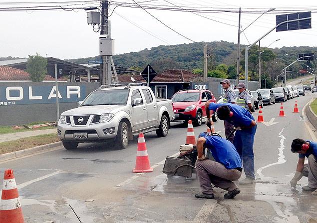 Funcionários trabalham na instalação de radar que fiscaliza trechos de ruas, em Curitiba - Estelita Hass Carazzai/Folhapress