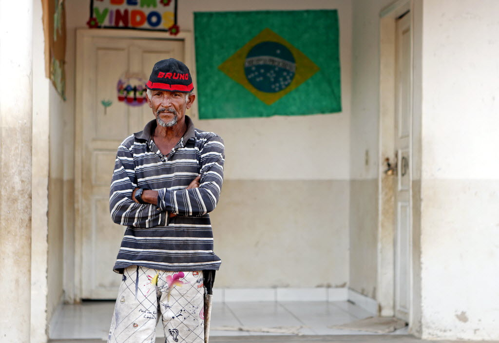 O servente Domingos Armindo Ribeiro, 54, em comunidade rural de Bonito de Minas - Foto de Ernesto Rodrigues/Folhapress