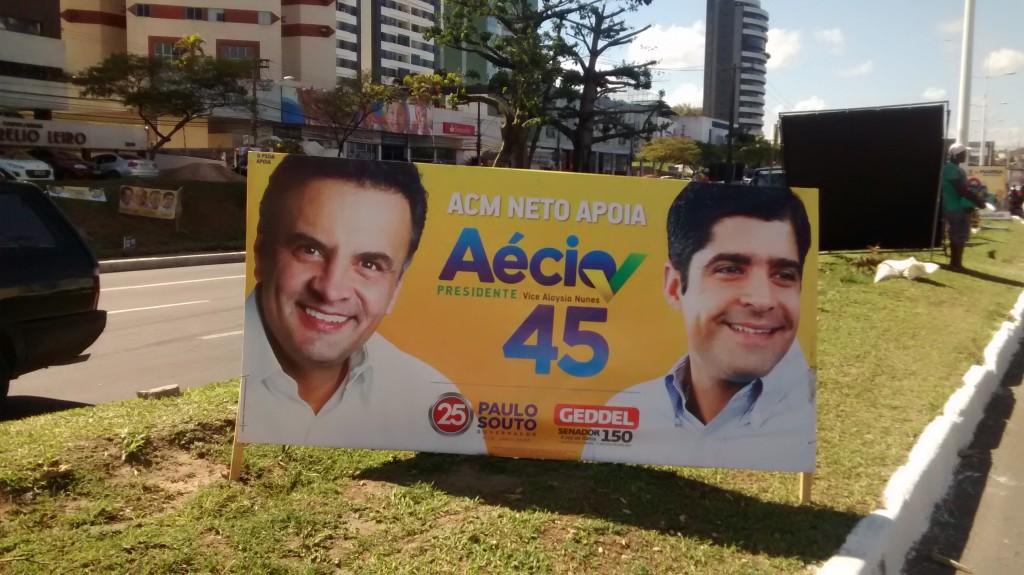 Placa com Aécio ao lado de ACM Neto em Salvador - Foto de João Pedro Pitombo/Folhapress