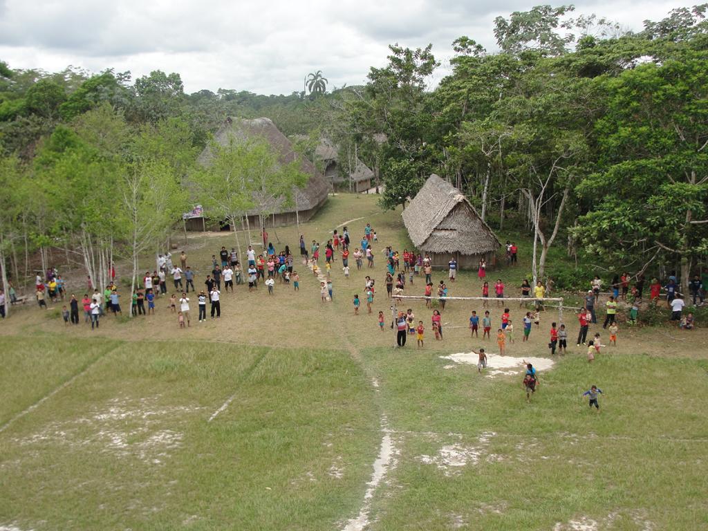 Índios matses observam a chegada de helicóptero à aldeia Lobo, no município de Atalaia do Norte (AM) - Foto de Ester Maia - 5.out.2014/Funai