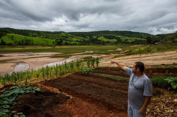 Proprietário do bar Murcegão mostra plantação de milho onde antes havia água no lago de Furnas - Apu Gomes/Folhapress