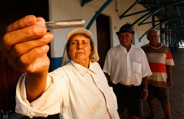 Desde que teve dengue, Rosa Maria Machado sente dores no corpo - Joel Silva/Folhapress