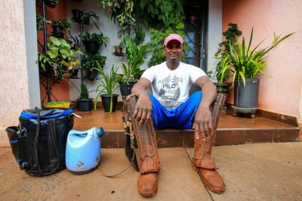 Valdomiro Rodrigues ao chegar da colheita de cana - Silva Junior/ Folhapress