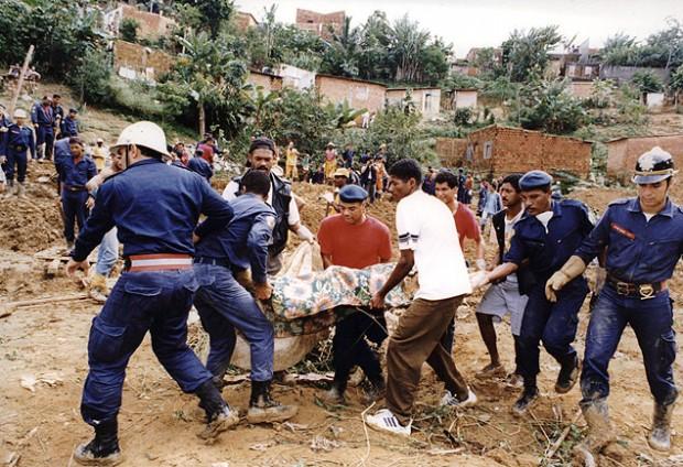 Deslizamento de terra em São Gonçalo soterrou 40 casas - Ormuzd Alves/Folhapress, 4.jun.1995