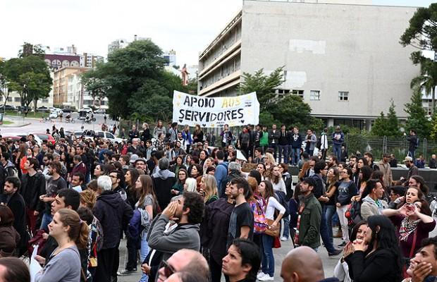 Estudantes e professores participam de ato na Assembleia Legislativa do Paraná e no Palácio do Governo, em Curitiba - Paulo Lisboa - 30.abr.2015/Brazil Photo Press/Folhapress