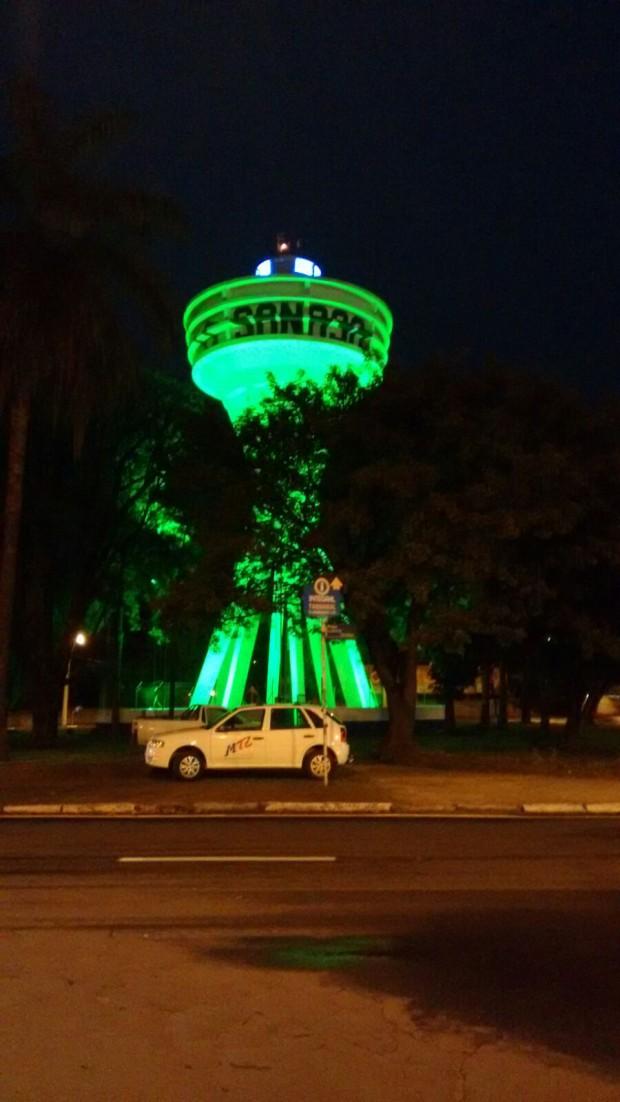 Luz verde, que indica abastecimento de água normalizado, projetada em reservatório de Campinas (SP) - Crédito: Divulgação/Sanasa