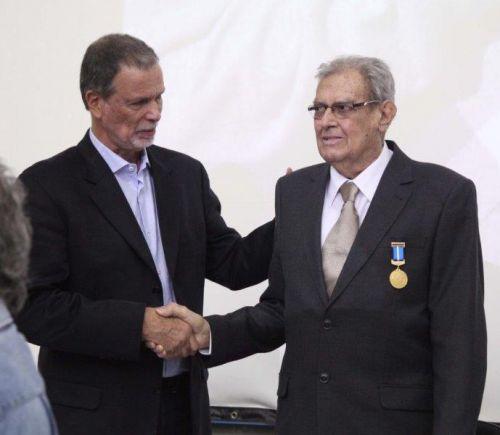 Manoel Henrique Pereira, o seu Nonô (dir.), recebe a medalha de Mérito Universitário na UEPG - Divulgação/UEPG