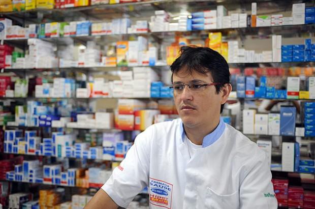 O comerciante Ivan Antônio da Silva em sua farmácia - Foto Léo Caldas/Folhapress