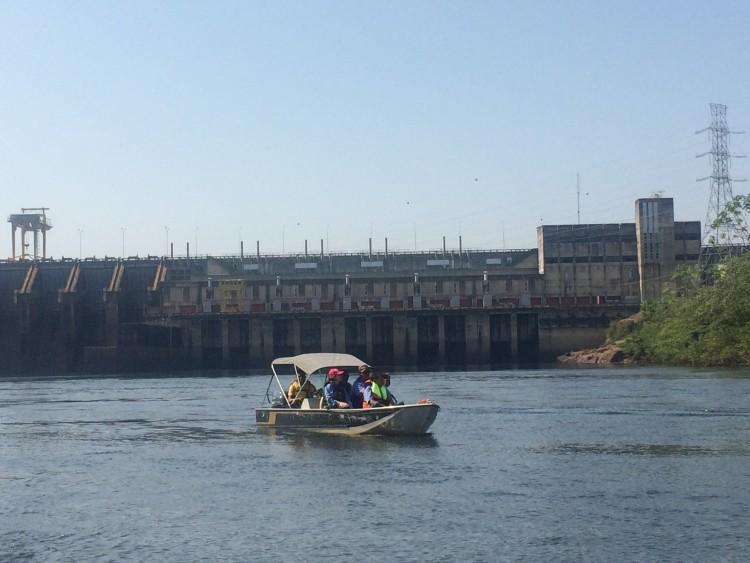 Barco com pesquisadores navega no rio Jamari, em frente à hidrelétrica Samuel (RO) - Marcelo Toledo/Folhapress