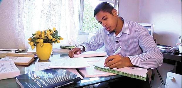 Juliano da Silva Dias estuda em sua casa, em Porto Alegre - Foto Reprodução TV RBS