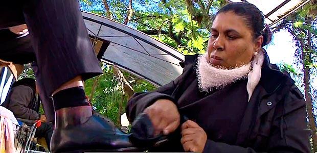 A engraxate Vera Pereira da Silva trabalha na praça da Alfândega - Foto Reprodução TV RBS