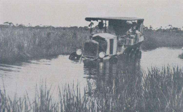 O  Ford T do francês Roger Courteville, com a mulher Martha e um mecânico a bordo, precisou enfrentar trechos de rio - Divulgação