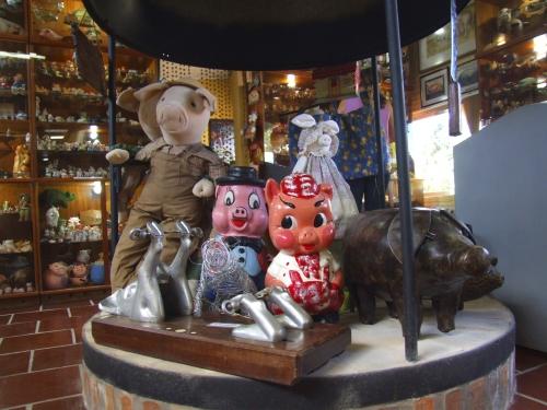 Esculturas de porcos feitos em argila e couro inglês no Museu do Suíno, em Cachoreira do Sul (RS) - Divulgação