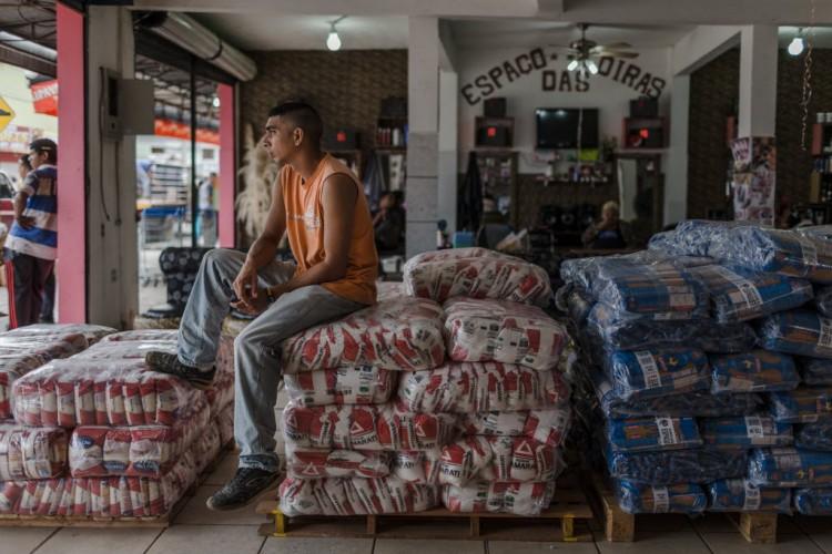 Em Pacaraima (RR), cidade fronteiriça de 12 mil habitantes, até lojas de material de construção e farmácias começaram a vender arroz, farinha, açúcar e óleo, para atender a alta demanda. (Foto: Avener Prado/Folhapress, MUNDO