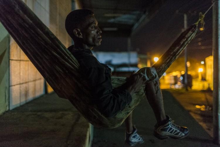 """O venezuelano Johny Astudillo, 34; para economizar """"chapas"""" venezuelanos dormem nas ruas de Pacaraima enquanto aguardam caminhões para descarregar - Avener Prado/Folhapress."""