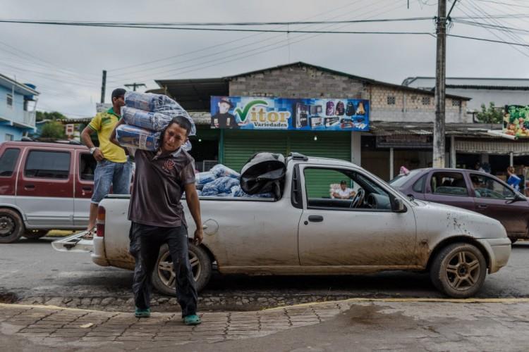 """Pablo Garcia, 33, venezuelano. Com o aquecimento do comercio em Pacaraima muitos estão cruzando a fronteira para trabalhar como """"chapas"""" nas lojas."""