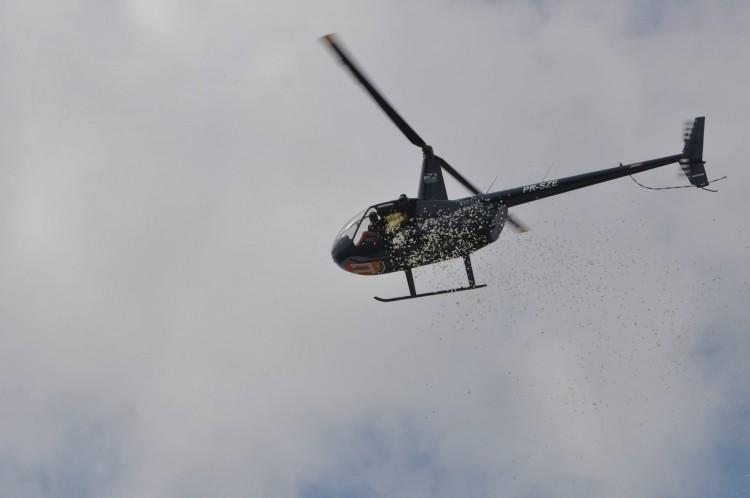 Helicóptero com chuva de pétalas contratado por candidato a  prefeito de Salvador - Marcus Leão/Divulgação