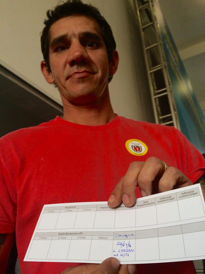 O pintor industrial Wallace Domingues, 35, exibe sua carteira de vacinação. Ele foi o primeiro brasileiro vacinado contra a dengue em Paranaguá (PR) - Foto: Estelita Hass Carazzai