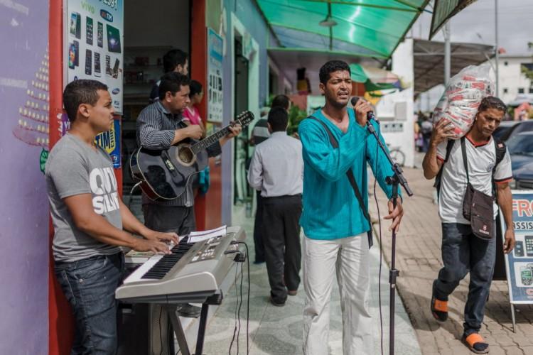"""Moises Colares, 39, missionario da Assembleia de Deus, prega em """"portunhol"""" nas ruas de Pacaraima para os venezuelanos que fazem compra no comercio brasileiro."""