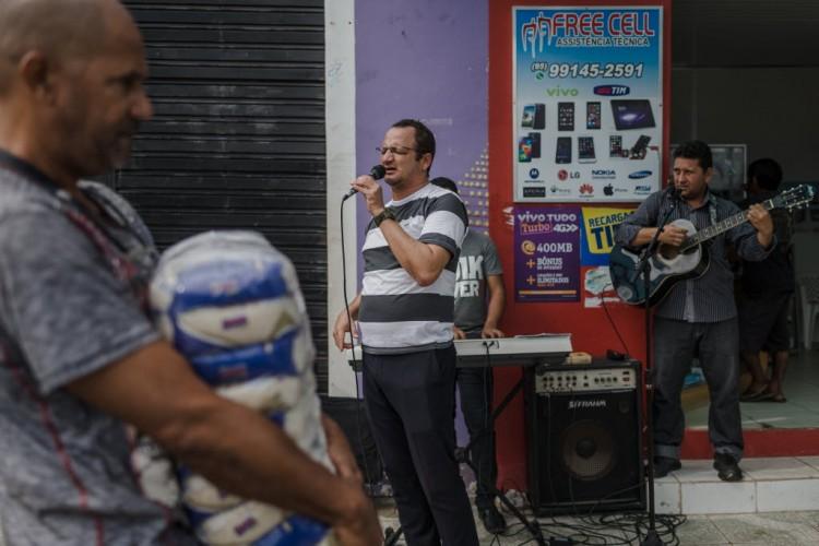 """Moises Colares, 39, missionário da Assembleia de Deus, prega em """"portunhol"""" nas ruas de Pacaraima (RR) - Avener Prado/Folhapress"""