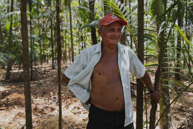 Carlos da Costa, morador de Lábrea (AM), que criou e mantém um bosque dentro da cidade - Fotos: Lalo Almeida/Folhapress