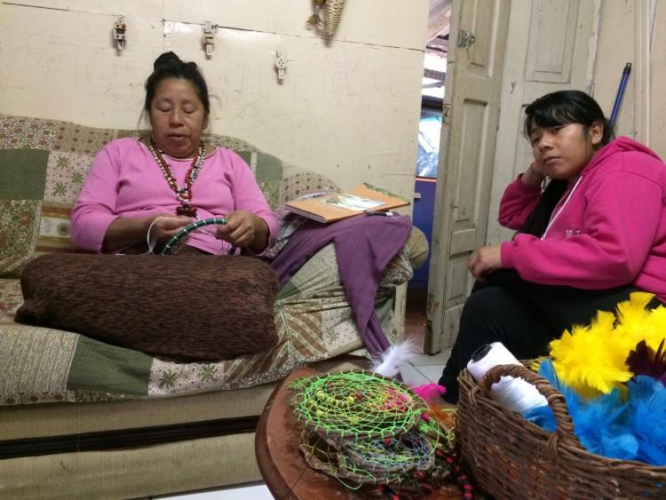 A parteira kaigang Iracema, 53, com a filha Audisseia, 23 - Crédito: Fernanda Canofre
