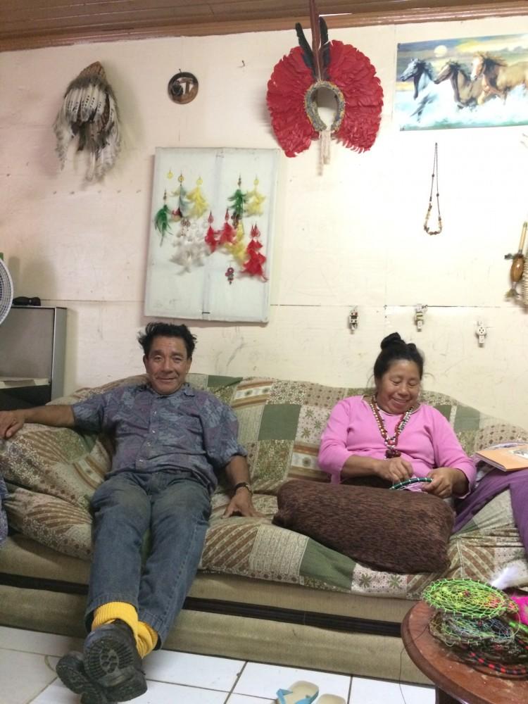 A parteira kaigang Iracema, 563, com o marido, cacique João Padilha, na casa da família, na periferia de Porto Alegre - Crédito: Fernanda Canofre