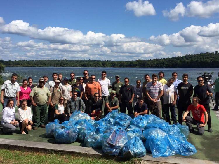 Grupo de voluntários que retirou moedas e lixo do Parque Nacional do Iguaçu - Divulgação