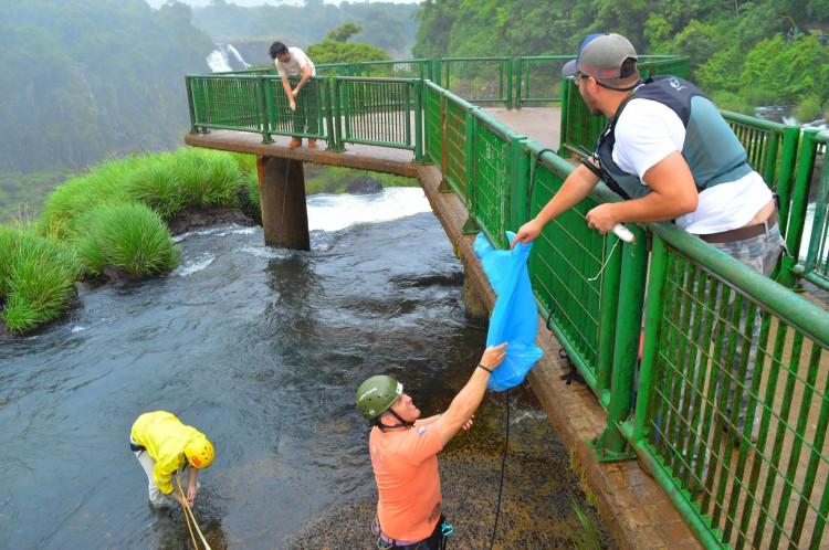 Voluntários na retirada do lixo - Divulgação