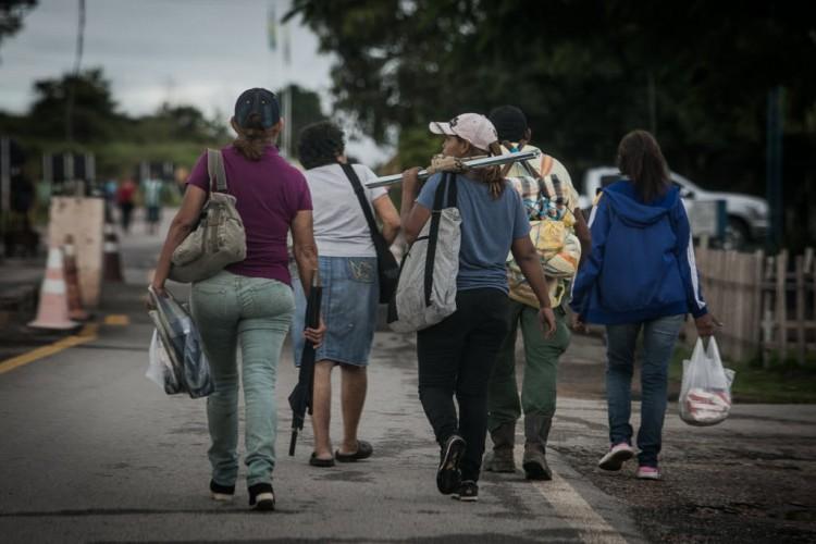Do lado brasileiro da fronteira, pessoas Travessia na fronteira entre Brasil e Venezuela - Bruno Santos/ Folhapress