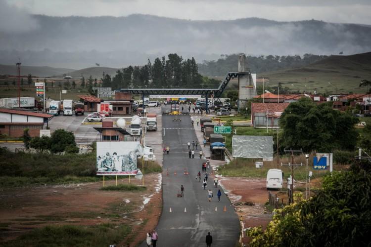 Do lado brasileiro da fronteira, pessoas entram e saem caminhando com compras em mochilas e sacolas - Bruno Santos/ Folhapress